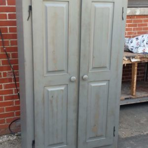 Finition d'armoire antique