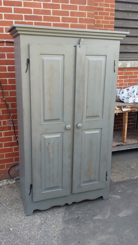 Finition d'armoire antique en bois